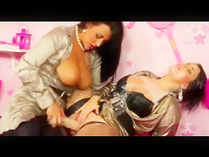 Hot lesbian babe finger fucked and sprayed